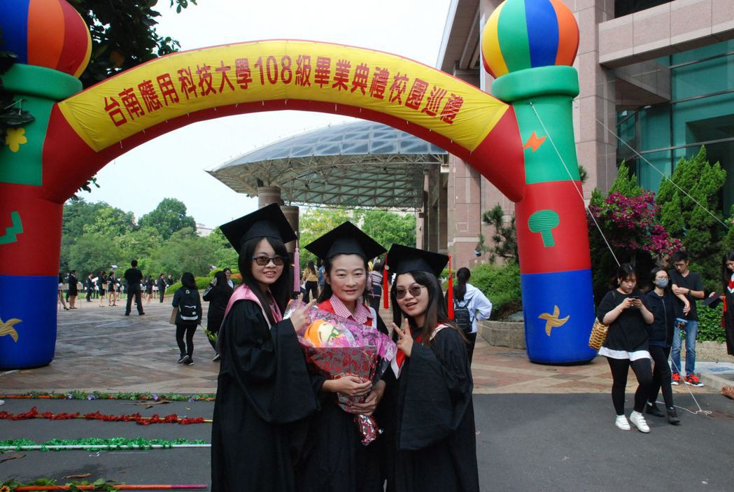 黃嘉玲母女3人同時畢業,在校園開心留影。  南應大 提供