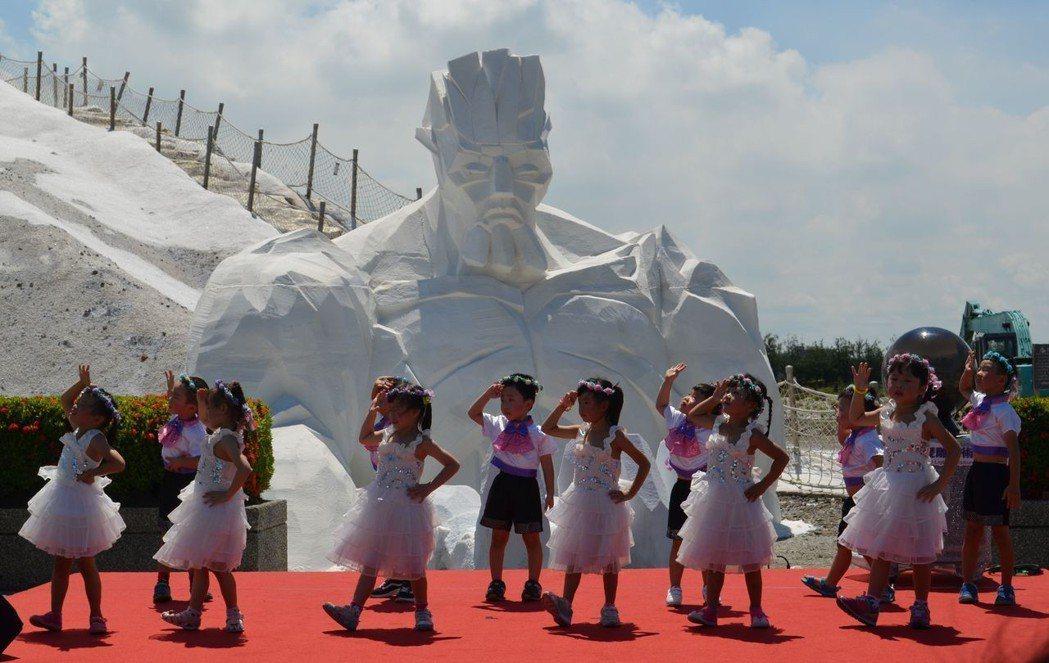幼兒園小朋友以童話造型裝扮,演出歡樂「鹽舞曲」。  陳慧明 攝影