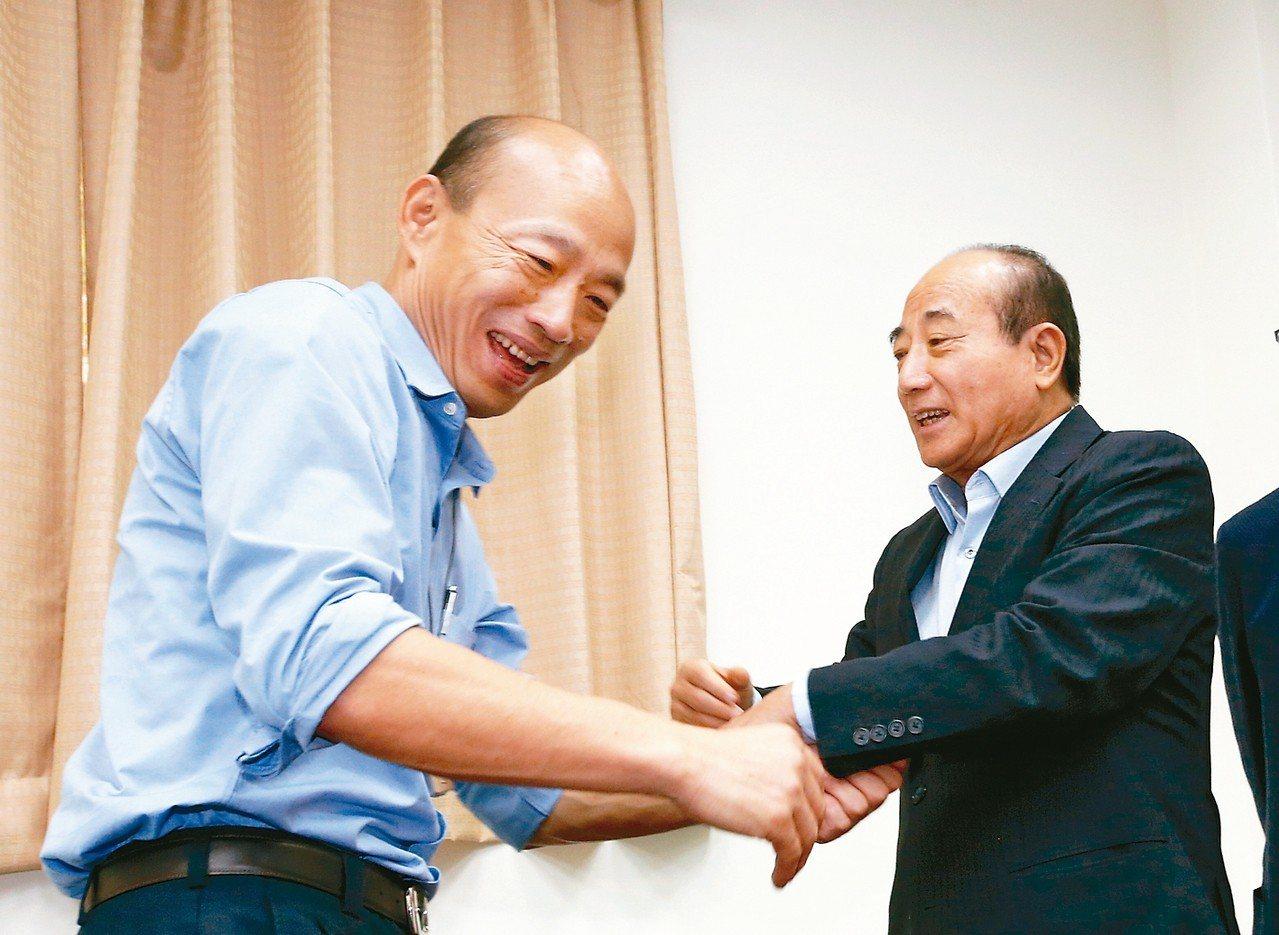 為了爭取防治登革熱的預算,高雄市長韓國瑜(左)上午前往立法院拜會高雄選區立委,特...