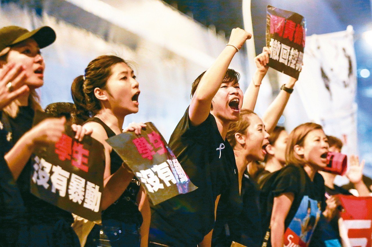 香港反送中大遊行十六日參與人數再破百萬,遊行隊伍從下午走到夜晚,群眾高呼「香港加...