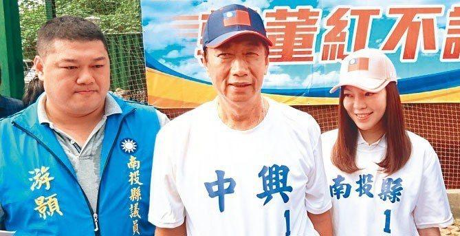 郭台銘(中)與夫人曾馨瑩(右)到南投縣立棒球場。 記者黑中亮/攝影