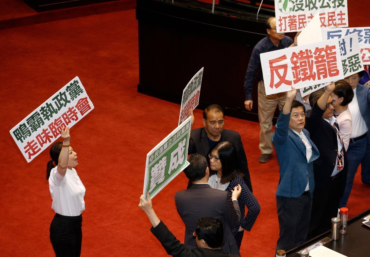 立法院院會上午通過民進黨立委柯建銘等提案,臨時會將針對公投法等議案進行審議,民進...
