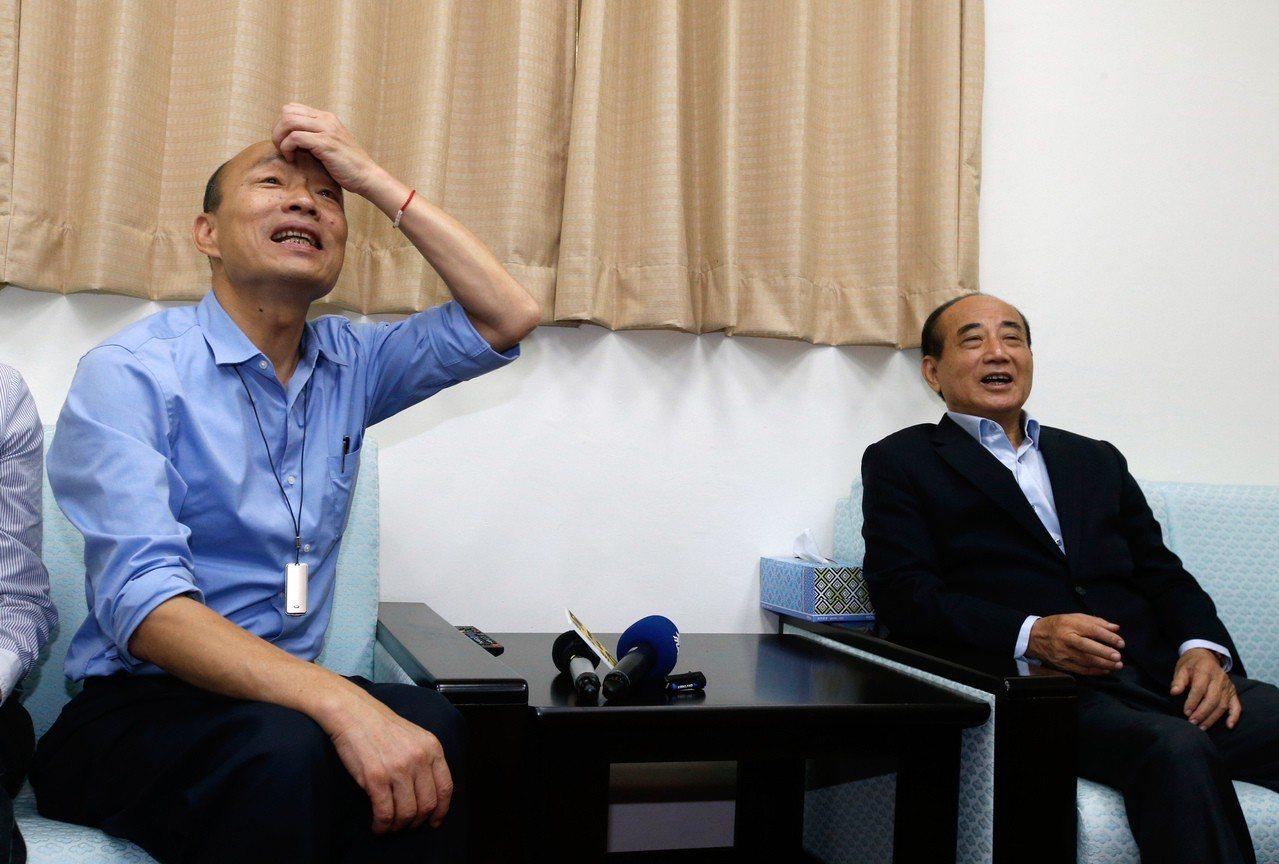 為了爭取防治登革熱的預算,高雄市長韓國瑜(左)上午臨時前往立法院拜會高雄選區的立...