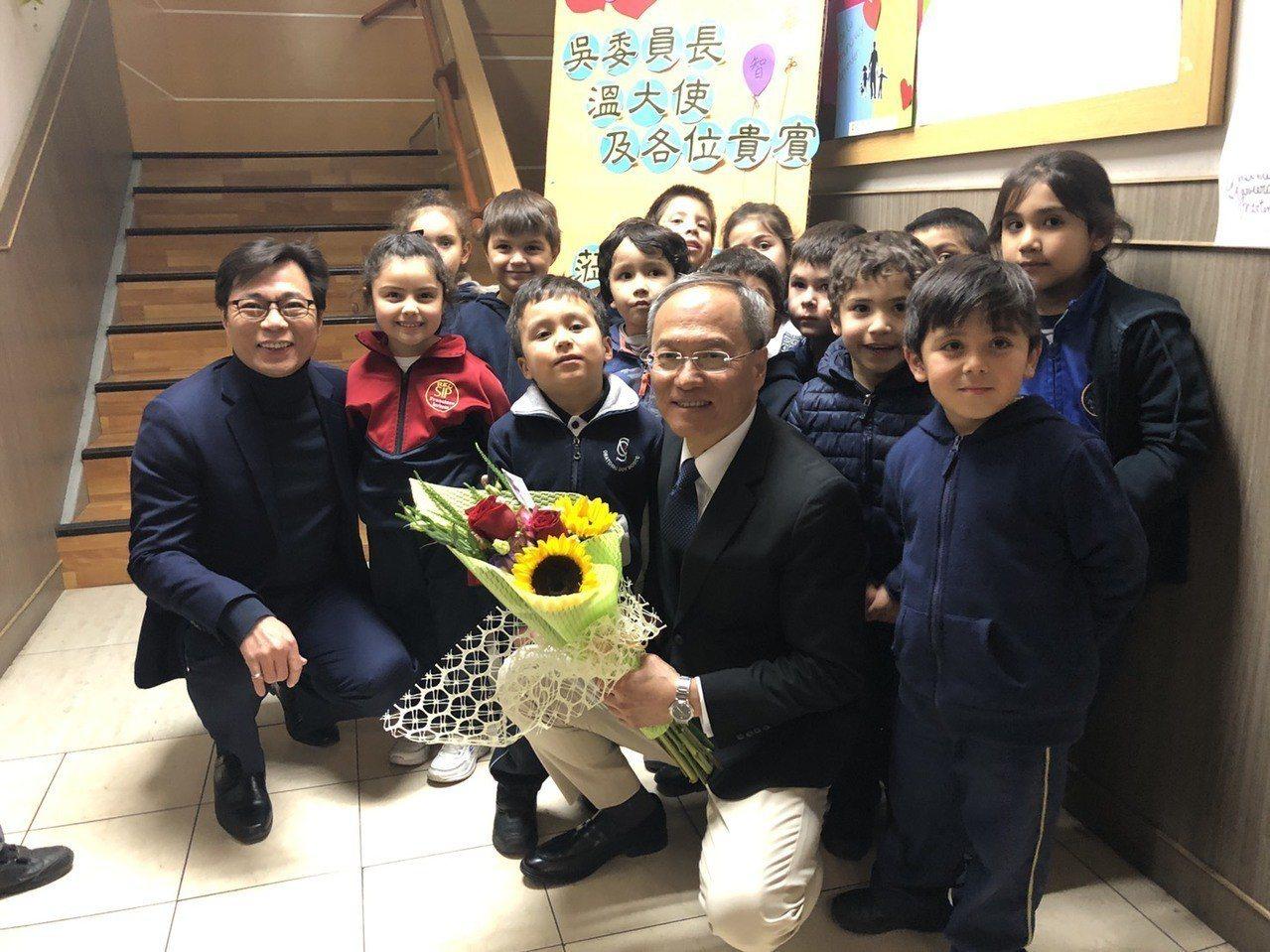 吳新興訪視智華中文學校。圖/僑委會提供