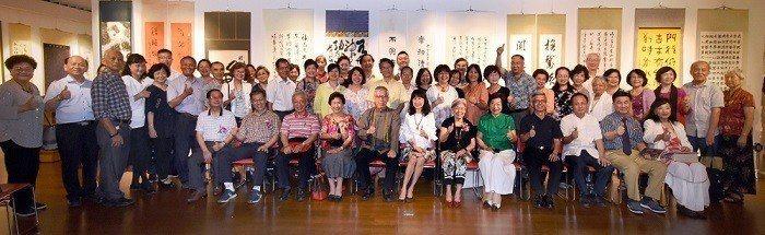 中華書道學會己亥年會員展團體大合照,中國書法學會理事長葉國華(第一排左起),標準...