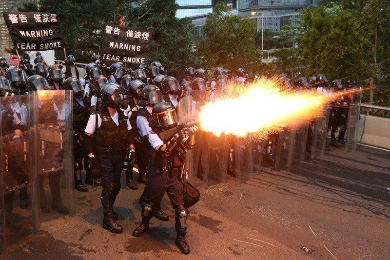 反送中遊行香港警方出動催淚彈,甚至是橡膠子彈對付示威民眾,震驚國際。 圖/路透社