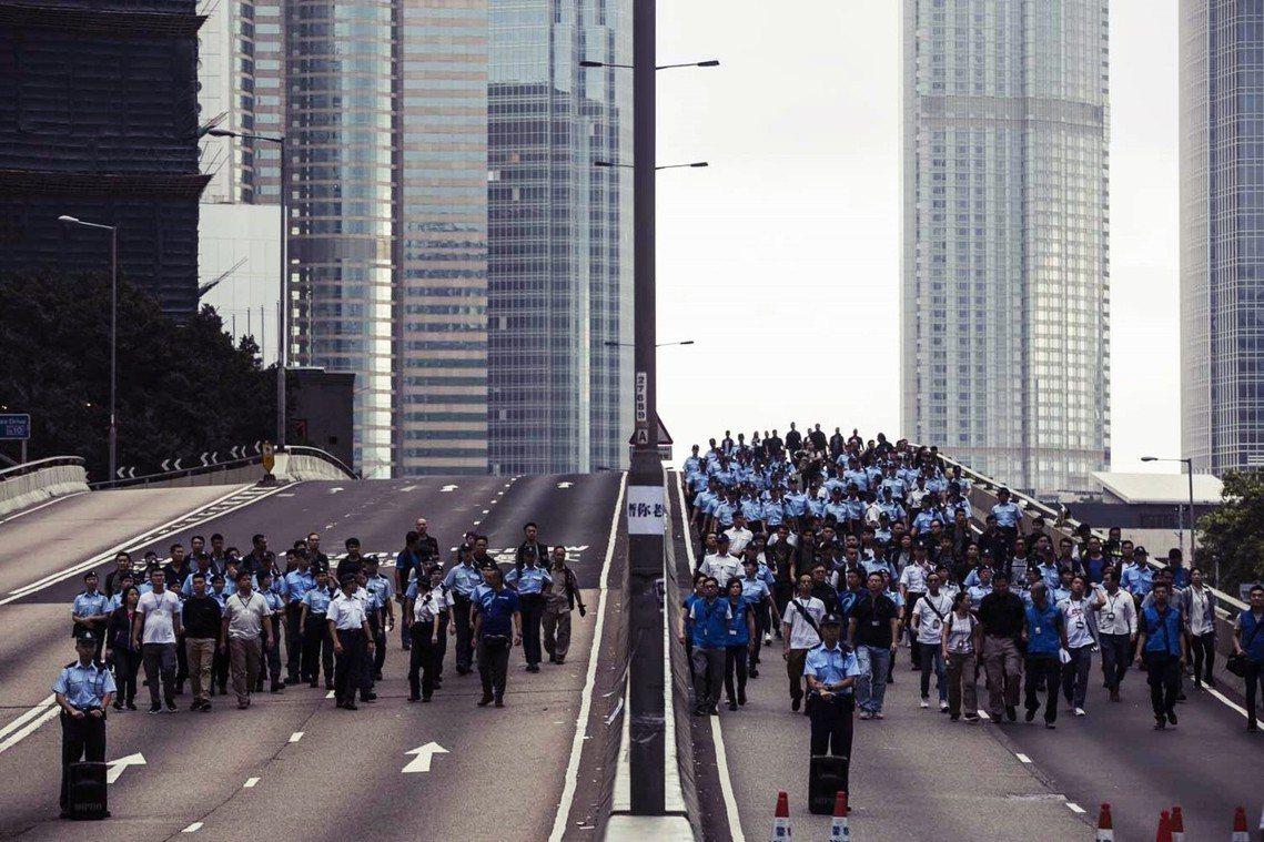 17日上午,雖然仍有數百名示威者聚集在金鐘一帶,與警方發生對峙,但在警方承諾不清...