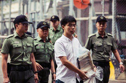 「馬上歸隊,不撤回不撤退!」17日上午,「香港眾志」秘書長刑滿獲釋,出獄後接受媒...