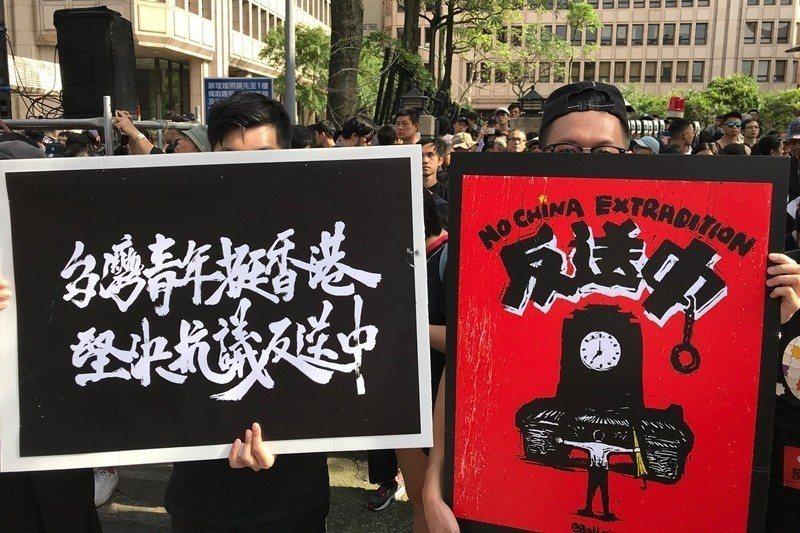 香港僑生23歲的黃同學(左)與22歲的顏同學(右)。 圖/作者自攝