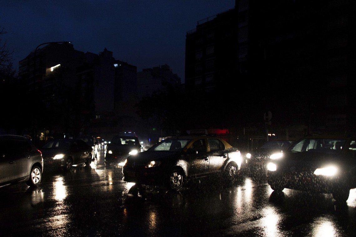 「我從沒見過這麼離譜的『大停電』!」阿根廷首都布宜諾斯艾利斯的計程車司機烏柏曼(...
