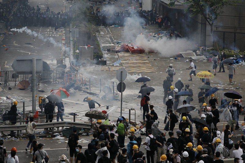 612當天示威民眾與警方對峙情形。 圖/美聯社