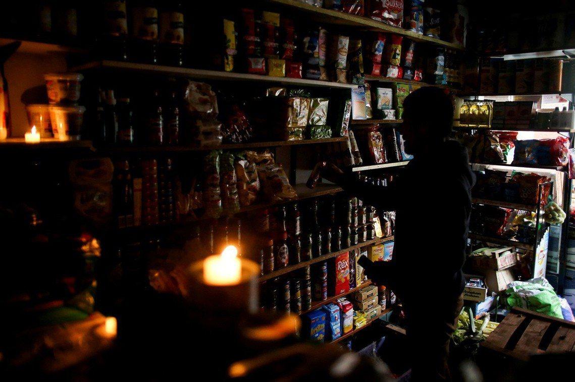 一場原因不明,沒人能說明的大停電,也讓星期日剛從睡夢中醒來、卻發現全國一片漆黑的...