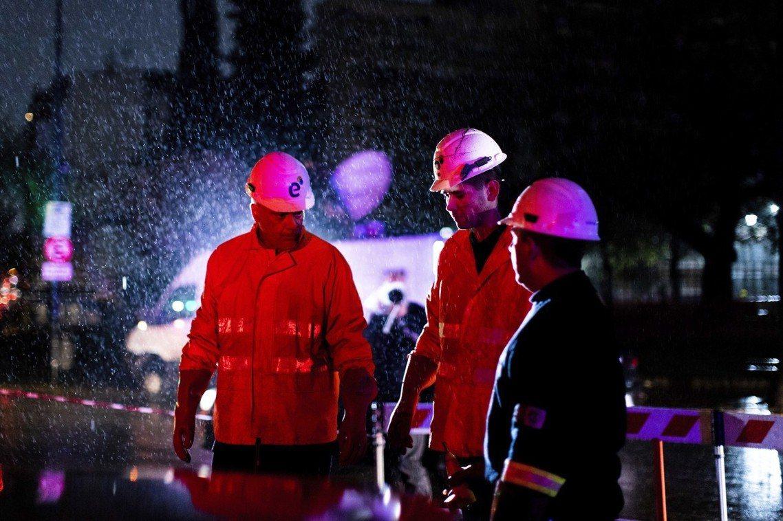 圖為正在搶修電網的工人。阿根廷能源部表示,截至16日入夜為止,阿根廷、烏拉圭的復...