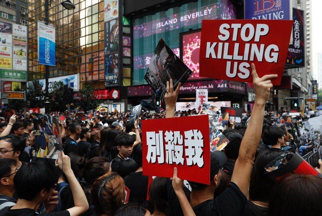 16日香港200萬人反送中大遊行,一名示威者手舉「別殺我」看板諷刺日前港警所採取的鎮壓手段過當。 圖/美聯社