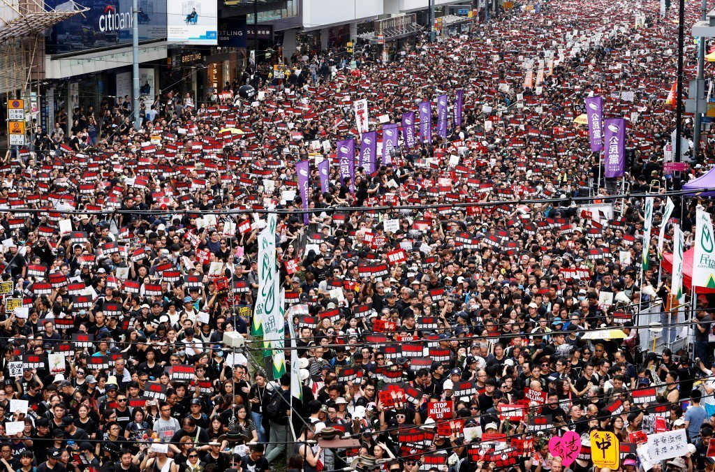 16日反送中二度於週日展開示威遊行,人龍綿延超過4公里。 圖/路透社