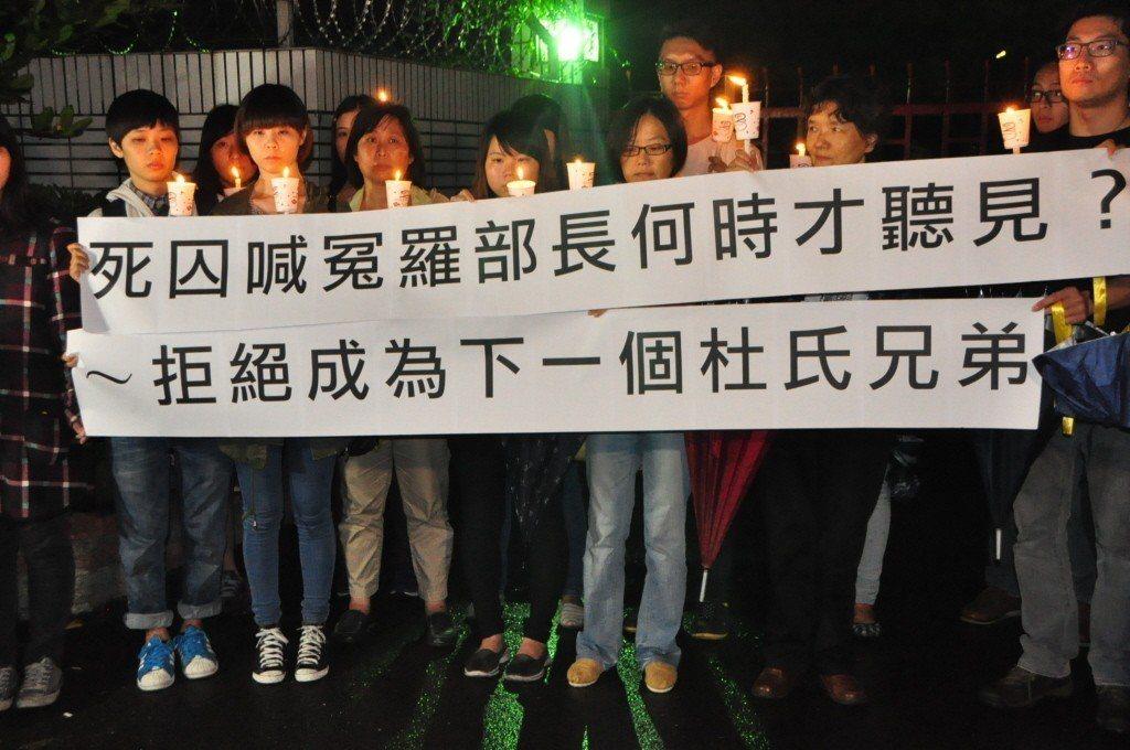 2014年,備受爭議的杜氏兄弟案,在時任法務部長羅瑩雪的簽下執行死刑。圖為廢死聯盟在杜氏兄弟伏法後頭七,到台南監獄靜坐抗議。 圖/聯合報系資料照