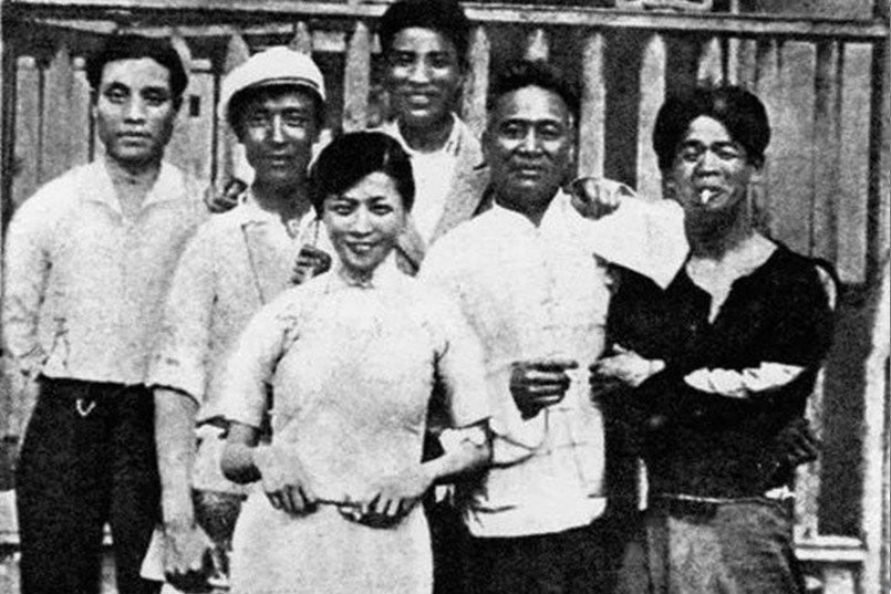 阮玲玉(中)與導演孫瑜(左二)等人合影,攝於1933年。 圖/維基共享