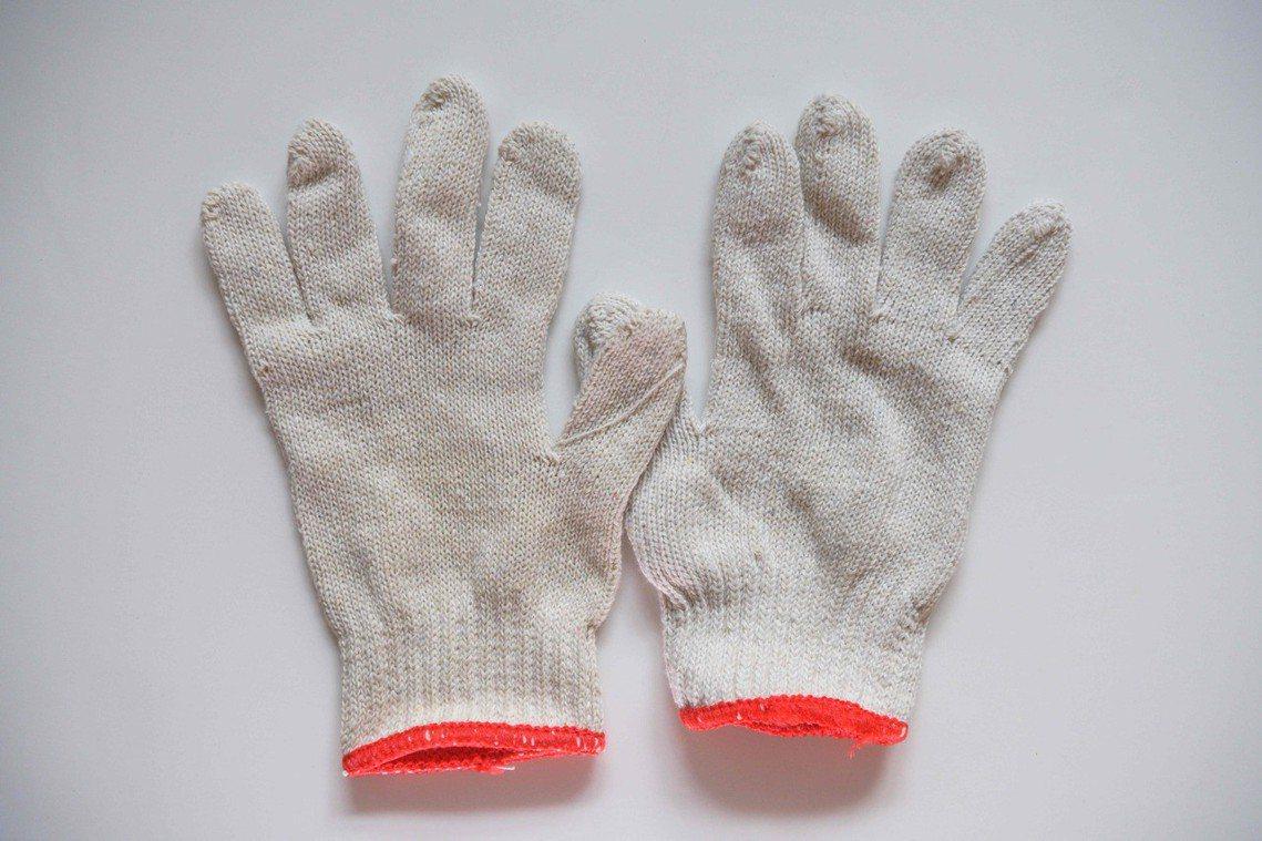 「手套」:在混亂的街頭,用手套保護雙手,可以預防被碎玻璃等利器割傷。 圖/法新社