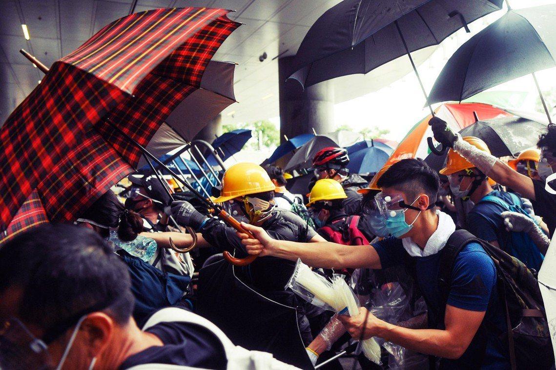 面對未知且突發的街頭情勢,第一線抗爭者有哪些必備的「護身物資」?圖為6月12日,...