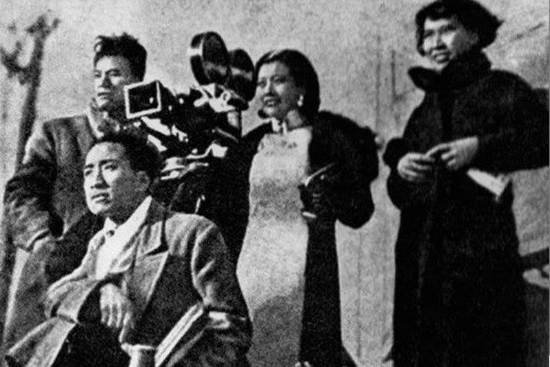 阮玲玉(中)與蔡楚生(前蹲者)等人合影,攝於1934年。 圖/維基共享