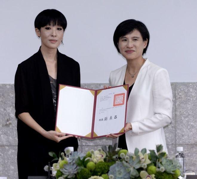 圖說:文化部長鄭麗君頒發聘書給董事陳珊妮。(文化部提供)