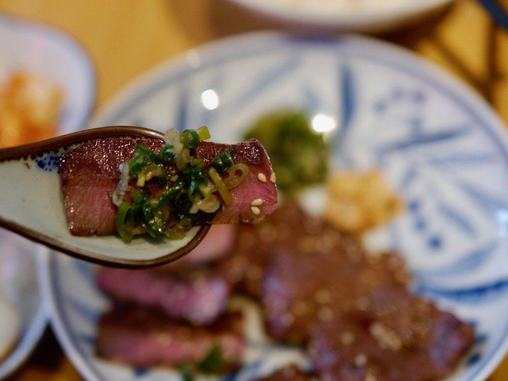 炭烤牛舌,鹽蔥(吉村自製沾醬)