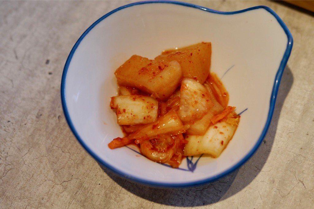 日式大白菜、蘿蔔泡菜,和麥飯一起吃