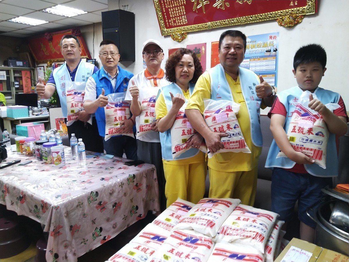 新莊中泰里辦公處愛心白米發放活動,年僅十歲的小志工搬運一包重達10公斤的愛心米,...