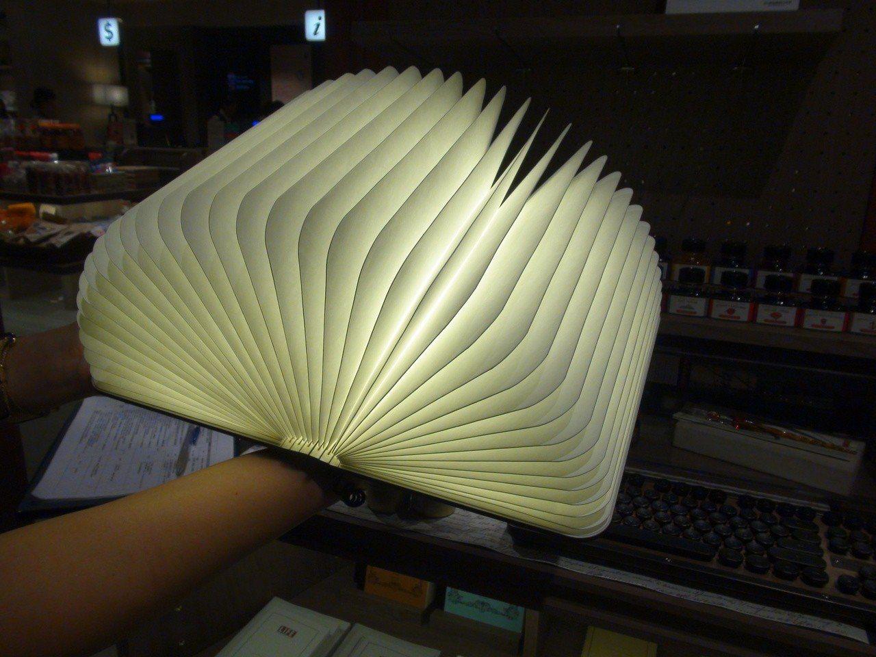 打開是頗富創意的書燈。記者謝梅芬/攝影