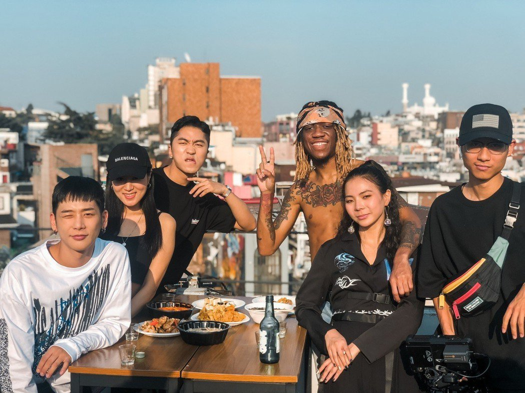 Yohee(右二)與OG Maco(右三)及YouTuber「肌肉山山」助陣。圖...