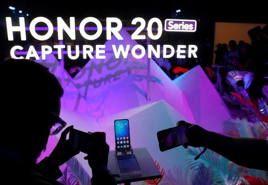 上個月在英國倫敦舉辦的華為「榮耀20」手機產品活動。   (路透)