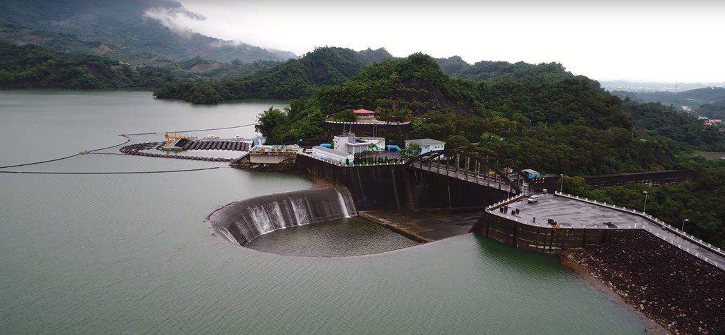 南化水庫儲水超過滿水位、自然溢流。圖/南水局提供