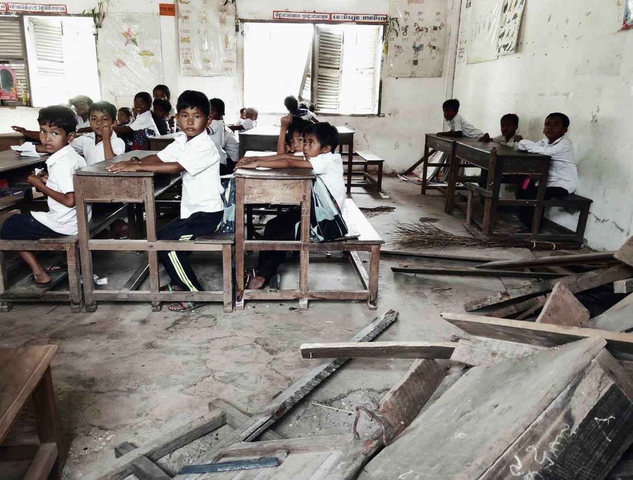 柬埔寨偏鄉教育資源不足,學童在簡陋的教室內克難學習。圖/同濟會梓官分會提供