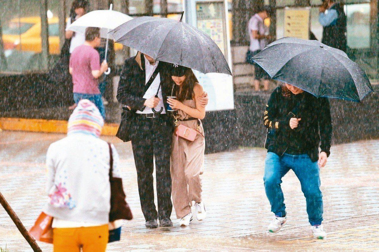 中央氣象局說,周三前天氣相對穩地、炎熱,周四起視鋒面是否南壓決定降雨區域。 本報...
