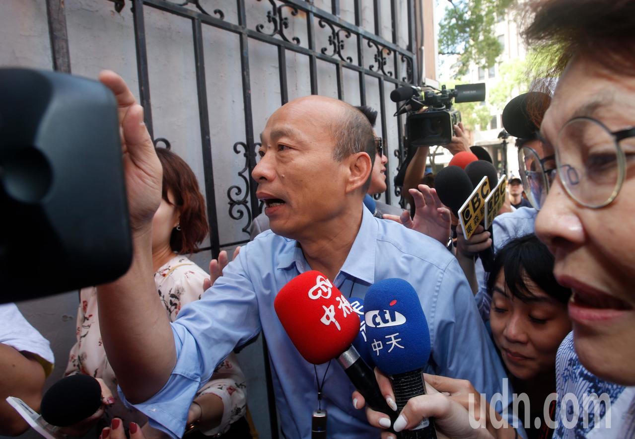 為爭取防治登革熱預算,高雄市長韓國瑜上午臨時前往立法院,遭遇大批媒體包圍採訪。記...