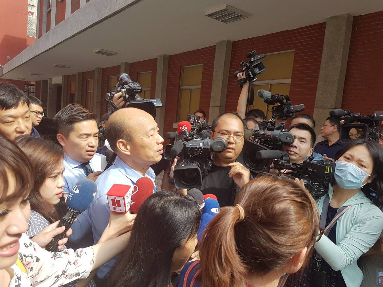 立法院臨時會今天登場,高雄市長韓國瑜上午八點多突然到立院,拜會國民黨團及高雄選區...