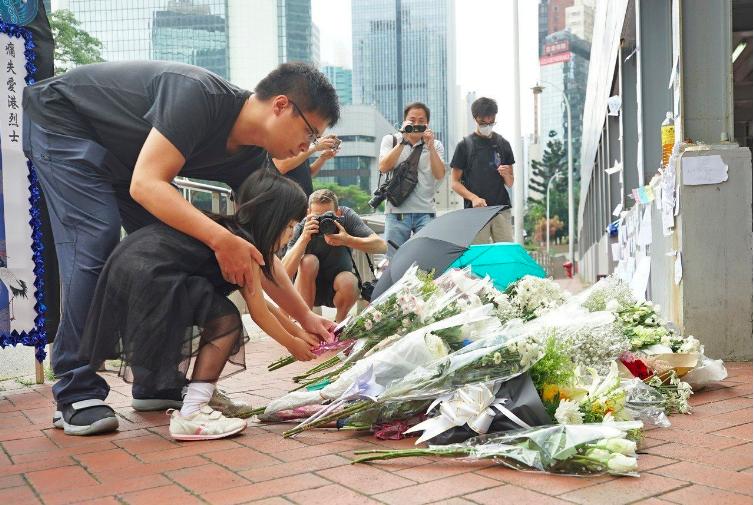 香港一名支持反對修訂逃犯條例的男子15日晚間在金鐘太古廣場高處懸掛示威橫額時,墜...