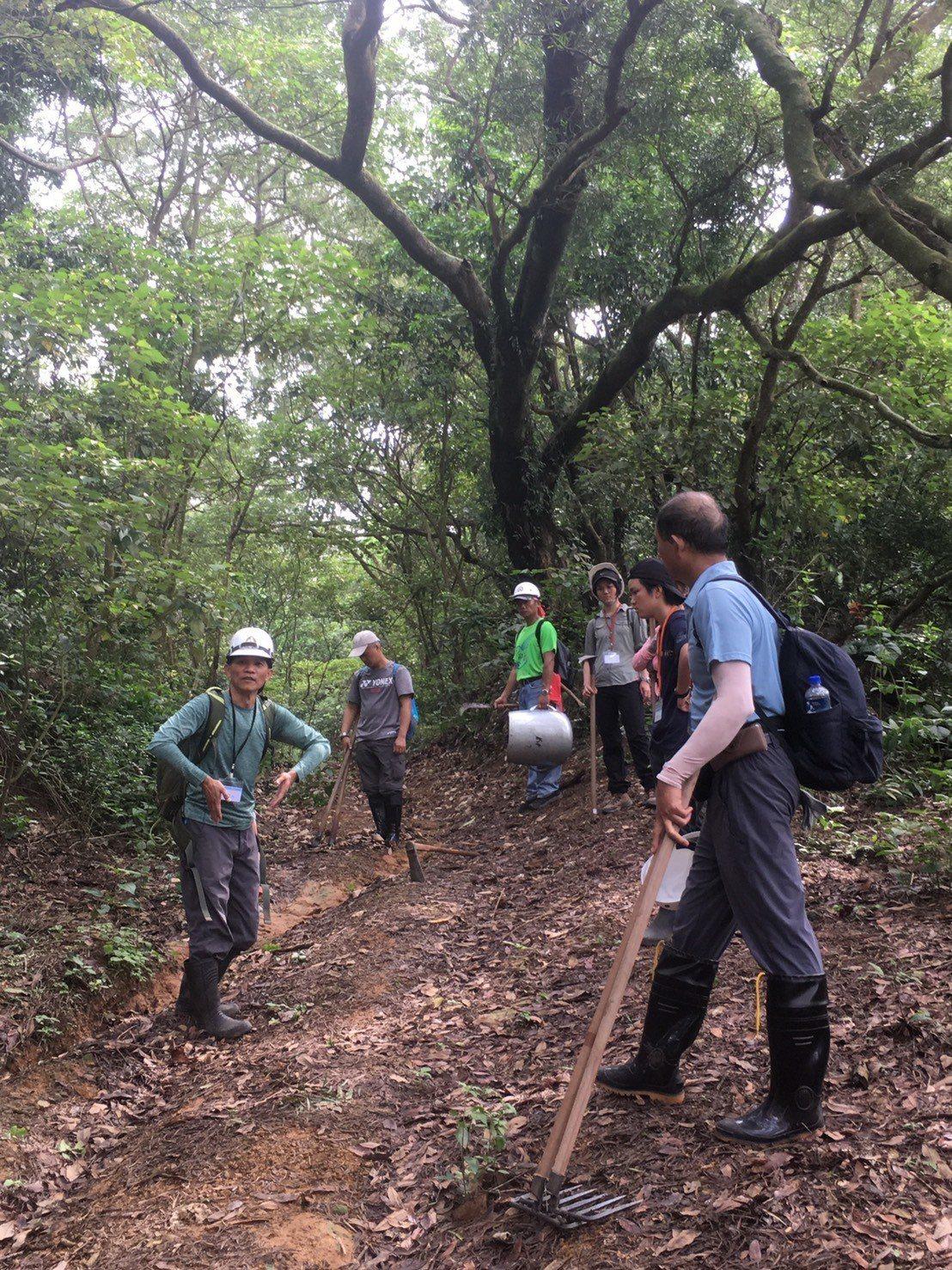 手作步道師現場指導學員如何判斷水流方向與處理方式。記者謝恩得/翻攝
