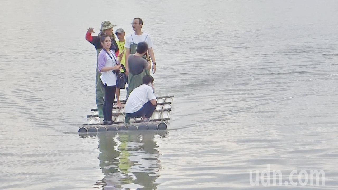 朱立倫搭著採蛤筏進行採收。記者蔡維斌/攝影