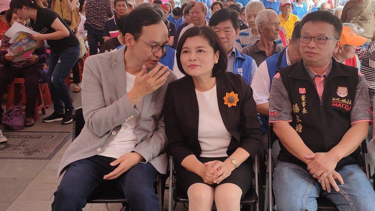 新北市前市長朱立倫(左)今天在雲林縣長張麗善(中)陪同下參與老花眼鏡捐贈活動。記...