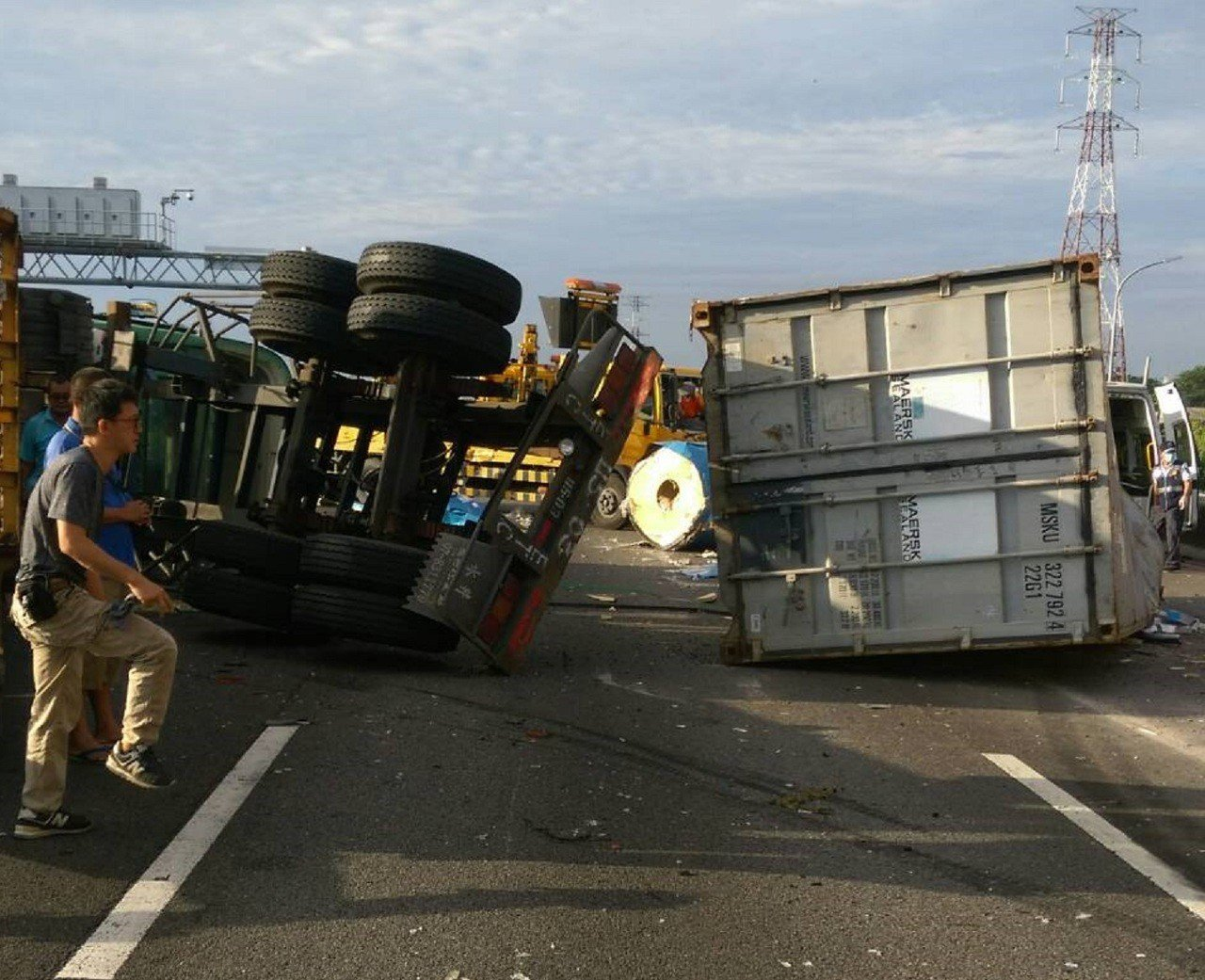 國一南下路竹、高科段今天上午傳出大貨車翻覆,車頭與貨櫃分離。記者林伯驊/翻攝