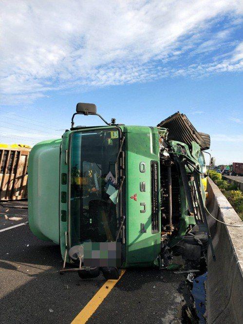 大貨車追撞工程警示車造成翻覆。記者林伯驊/翻攝
