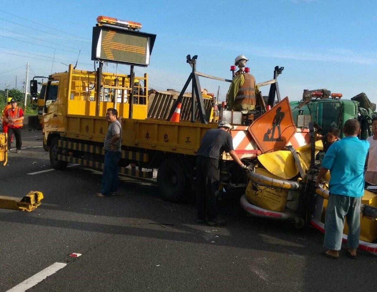 國道岡山工務段施工警示車今天上午遭大貨車追撞。記者林伯驊/翻攝