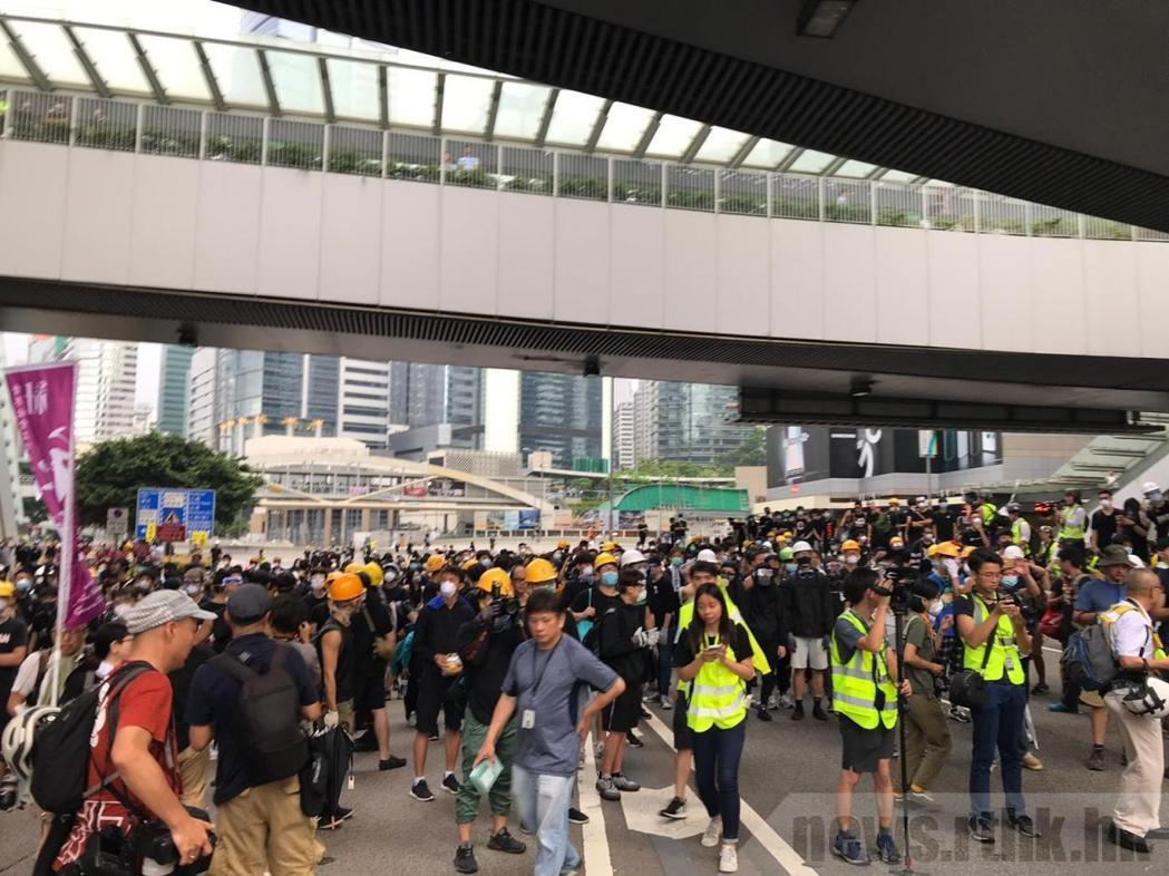學生不滿林鄭月娥無視200萬人,聲稱留守至撤回修例。取自香港電台