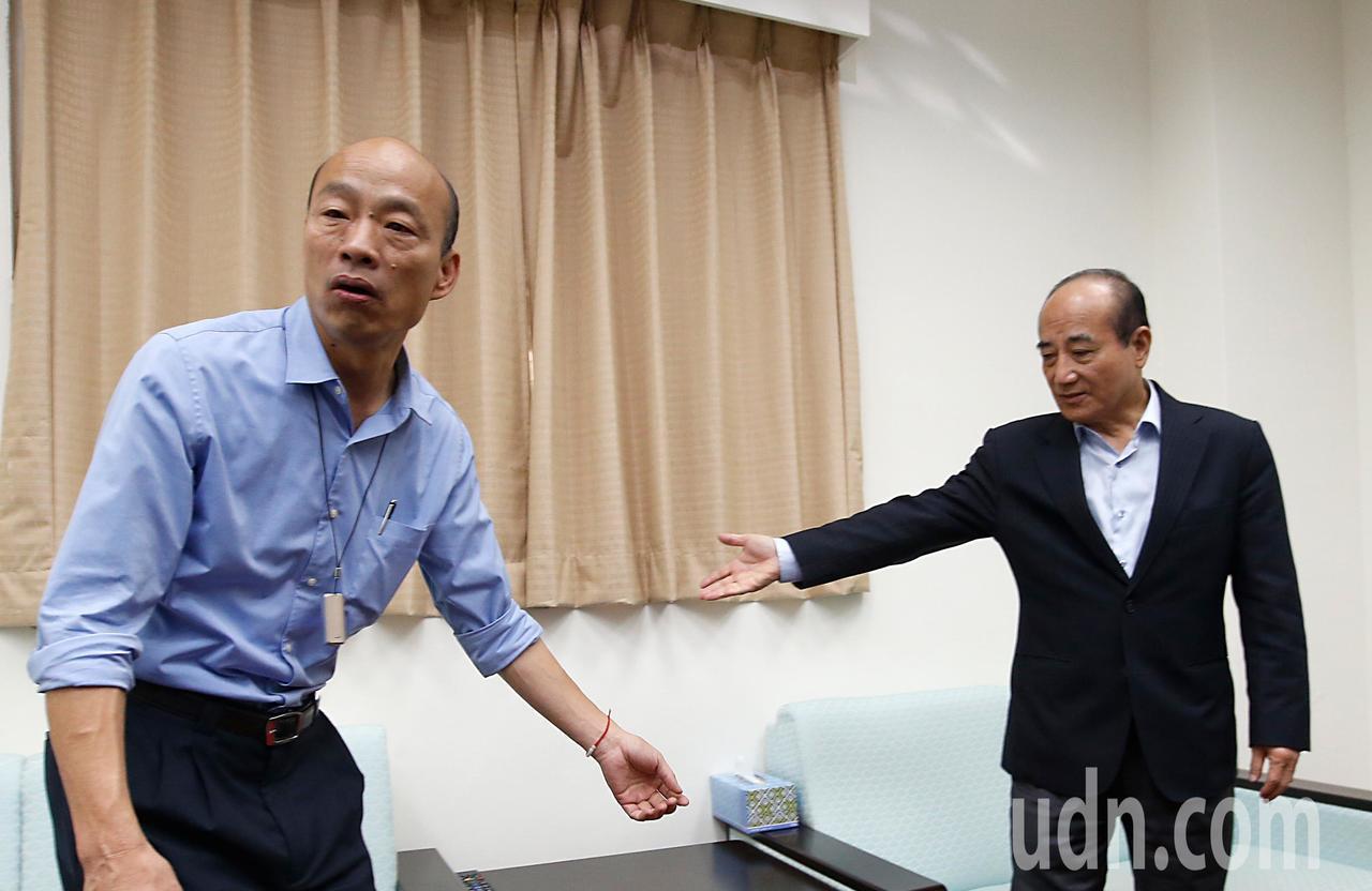 為了爭取防治登革熱的預算,高雄市長韓國瑜(左)上午前往立法院拜會高雄選區的立委,...