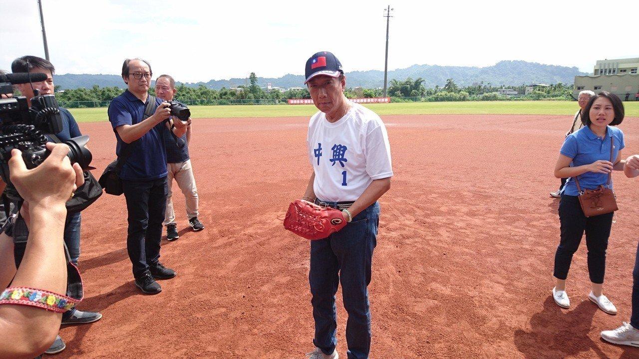 郭台銘與夫人曾馨瑩早上來到南投縣立棒球場,觀看自己捐建的棒球場,同時接受球員熱情...