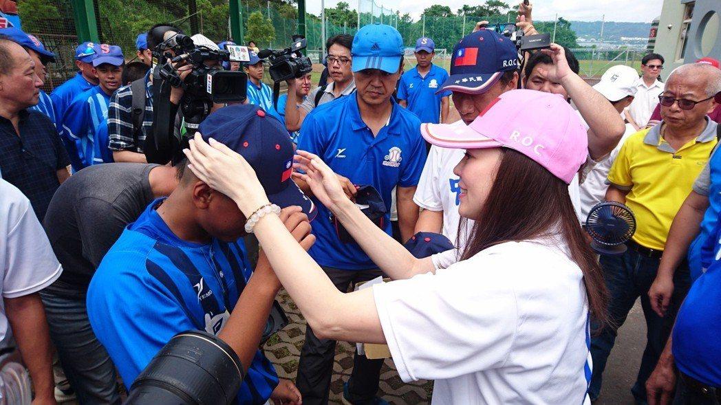郭台銘與夫人曾馨瑩早上來到南投縣立棒球場,同時曾送球員國旗帽。記者黑中亮/攝影
