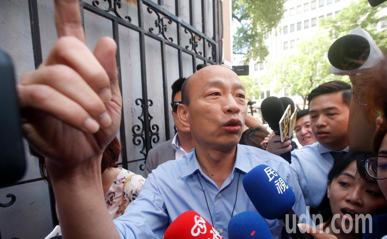 為爭取防治登革熱預算,高雄市長韓國瑜上午臨時前往立法院。記者鄭超文/攝影