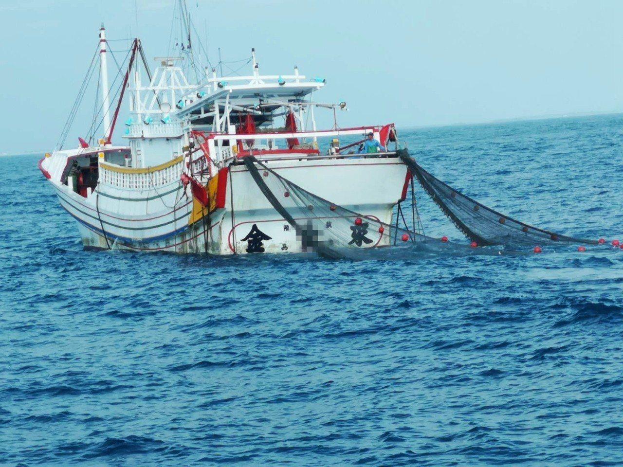 高雄籍漁船在七股外海違規拖網作業,被台南海巡隊查獲函送漁業署裁罰。記者黃宣翰/翻...