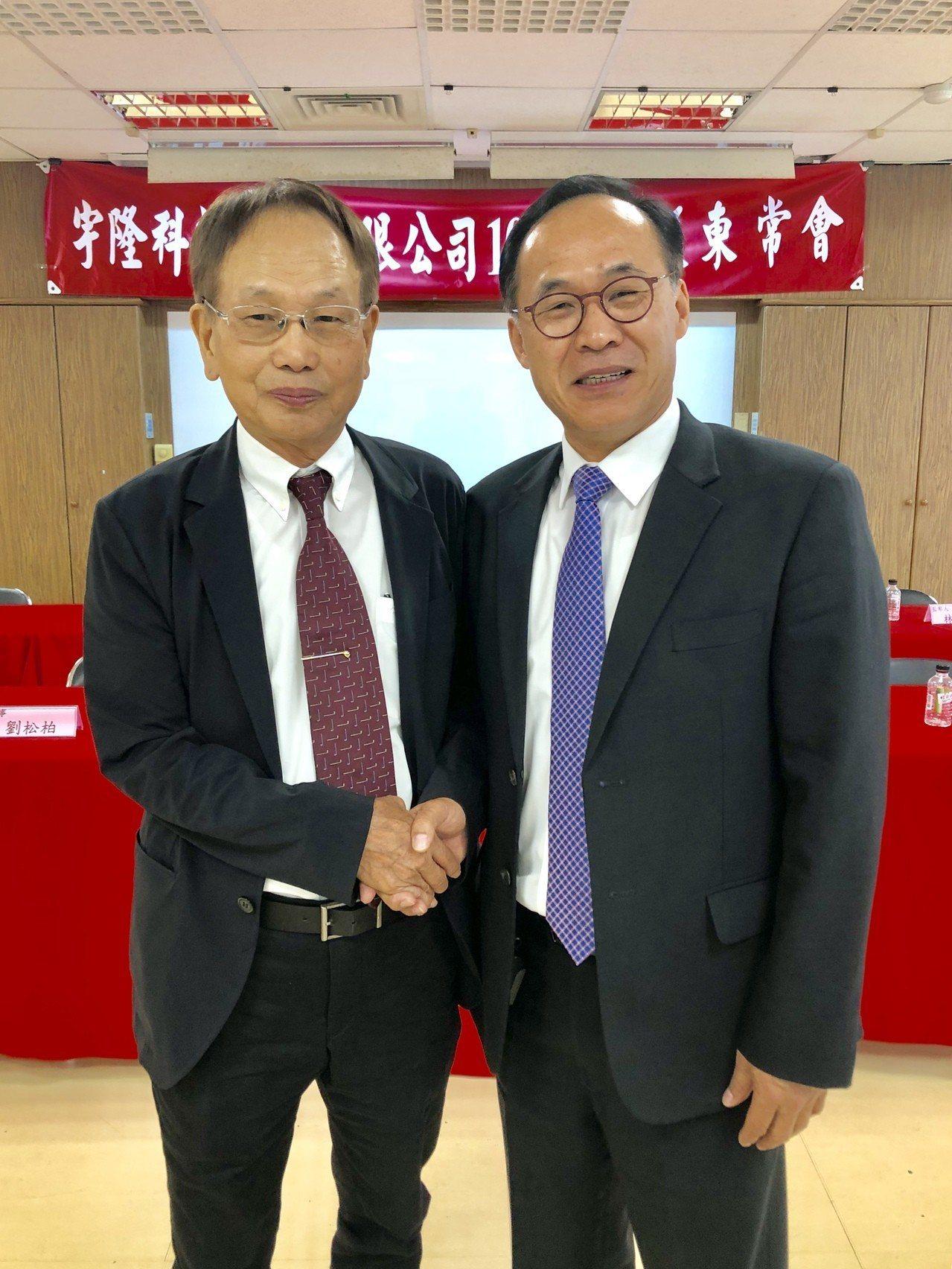 宇隆董事長劉俊昌(右)與程泰董事長楊德華(左)宣布結盟加強合作,共創雙贏。記者宋...